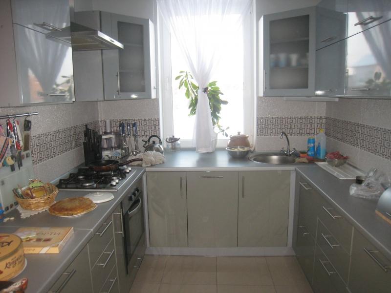 Простота и изящество маленькой кухни 7